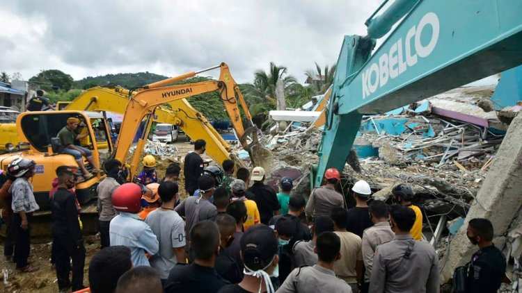 Indonesia death toll climbs after Sulawesi hit by earthquake, landslides